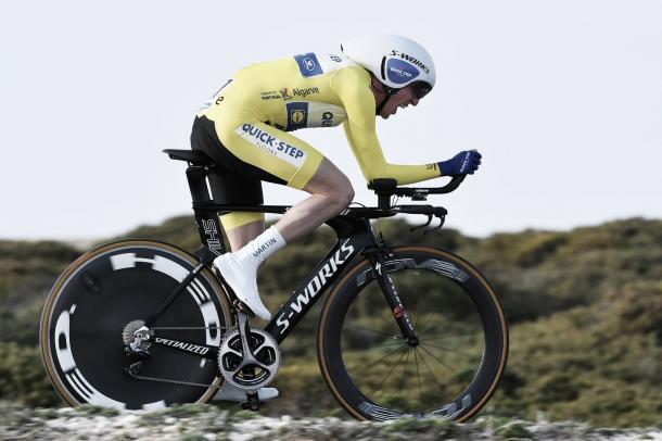 Dan Martin disputando la CRI de la Vuelta a Algarve vestido de líder. Fuente: Quick-Step Floors