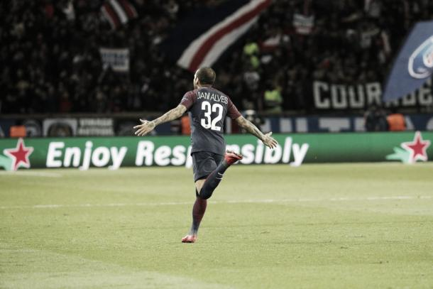 Dani Alves celebrando su gran gol. Foto: twitter.com/PSG_Inside