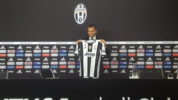 Dani Alves con la maglia della Juventus, twitter @juventusfc