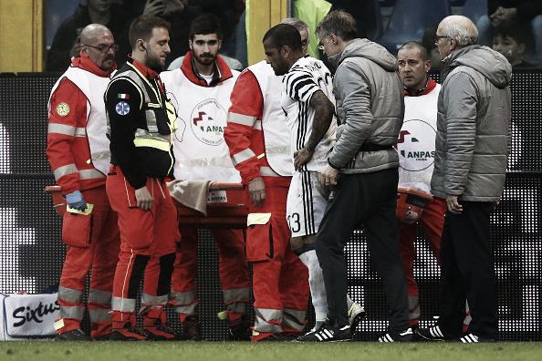 Daniel Alves deixou o campo de manca após choque (Foto: Marco Bertorello/AFP)