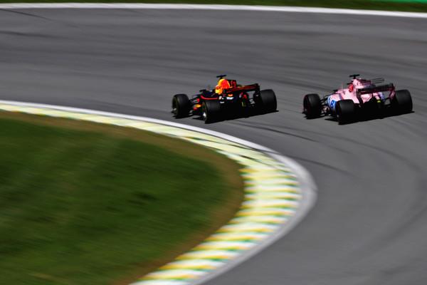 Daniel Ricciardo adelanta a Sergio Pérez | Fuente: Zimbio