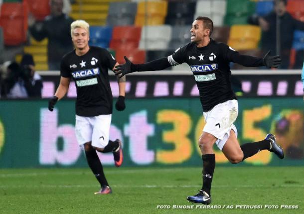 Danilo corre sotto la curva nel match dell'andata. Fonte: www.facebook.com/UdineseCalcio1896