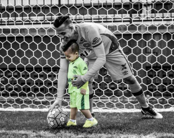 Danilo, goleiro da Chapecoense,  com o filho Lorenzo