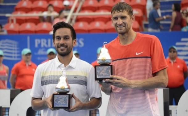 Treat Huey (left) and Max Mirnyi with the Acapulco trophies (Photo: Dasaev Tellez0El Universal)