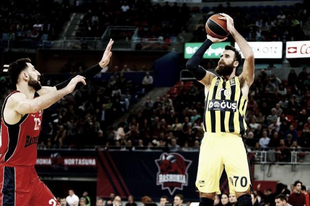 Datome lanza en suspensión ante Shengelia /Foto: Euroleague.basketball