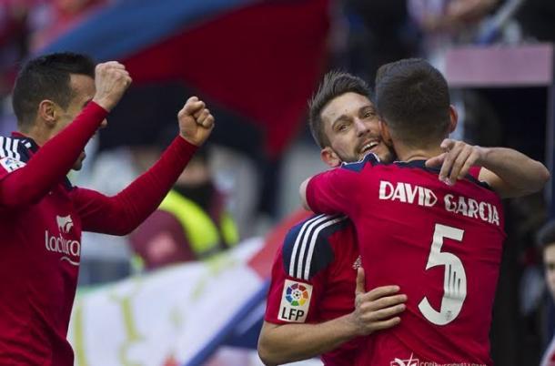 Torres y David se abrazan tras un gol. Foto: Osasuna.
