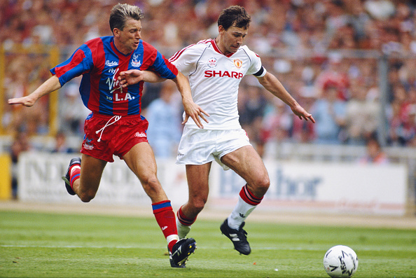 Pardew (esq.) marca Bryan Robson durante a final da FA Cup de 1990; na ocasião, vitória dos Red Devils | Foto: David Cannon/Getty Images