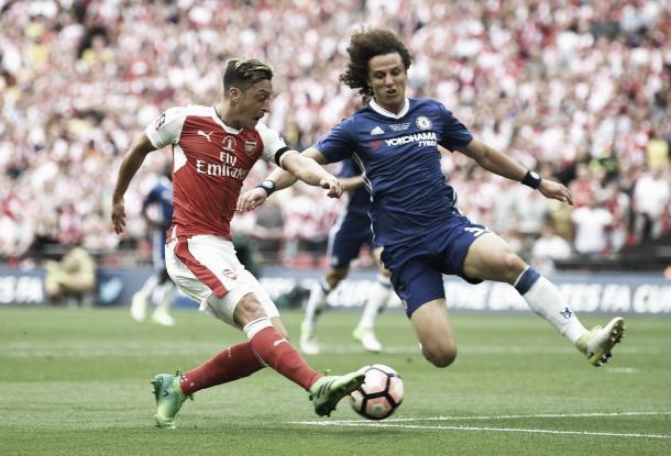 Mesut Özil trata de batir a Thibaux Courtois y a David Luiz   Foto: Chelsea