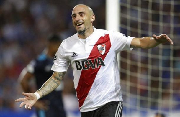 Javier Pinola celebra el gol del 1-0 de River ante Emelec. Foto: River Plate Photos.
