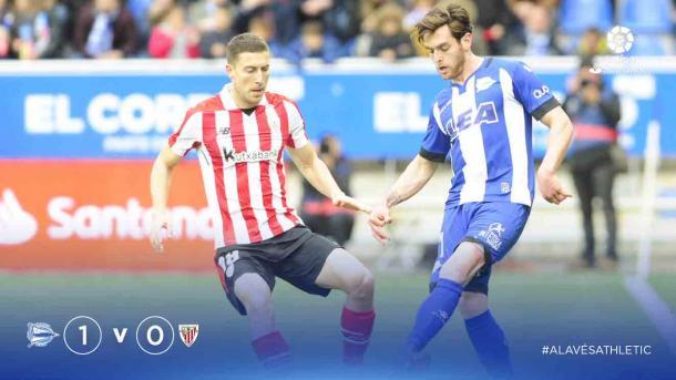 Un exalavesista en las filas del Athletic y un exdel Athletic en las filas del Alavés, disputan un balón. Fuente: LaLiga