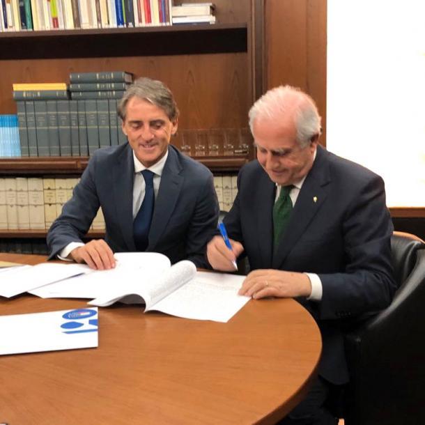 Mancini en la firma del contrato | Foto: Italia