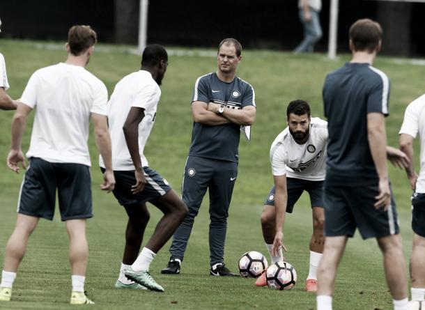 Após ser apresentado, De Boer comandou seu primeiro treinamento (Foto: Divulgação/Internazionale)