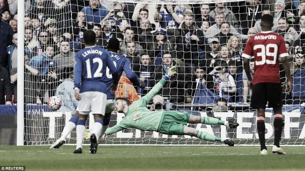 De Gea saves Lukaku's powerful spotkick with one hand | Photo: Reuters