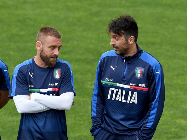 Veteranos: De Rossi, de 32 anos, e Buffon, de 38 (Foto: Claudio Villa/Getty Images)
