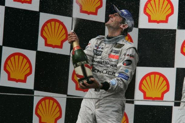 Pedro de la Rosa celebra el segundo puesto en Hungría 2006, su mejor resultado en F1. Fuente: Zimbio