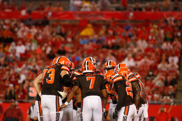 Quarterback DeShone Kizer #7 of the Cleveland Browns huddles the offense. |Aug. 25, 2017 - Source: Brian Blanco/Getty Images North America|