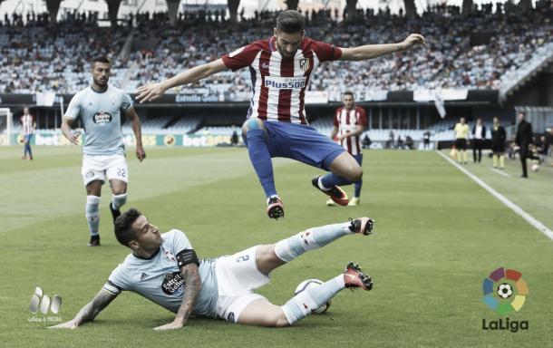 Hugo Mallo peleando un balón ante Ferreira Carrasco. Imagen: www.laliga.es
