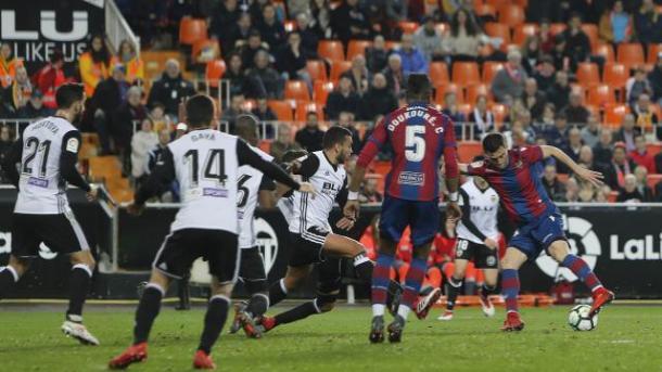 Postigo sentó a dos defensas del Valencia con un recorte | Fotografía: La Liga