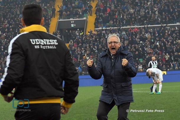 Delneri esulta dopo la vittoria con il Milan. Fonte: https://www.facebook.com/UdineseCalcio1896