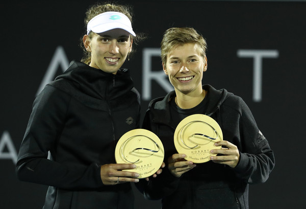 Mertens and Schuurs posing alongside their winners trophy in Hobart | Photo: Robert Cianflone/Getty Images AsiaPac