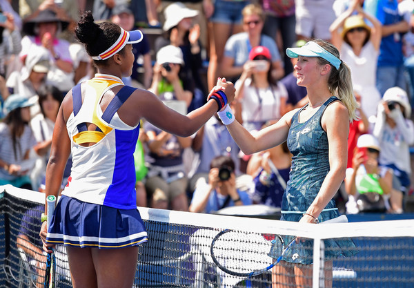 Both players meet at the net for a warm handshake after the match | Photo: Steven Ryan/Getty Images North America