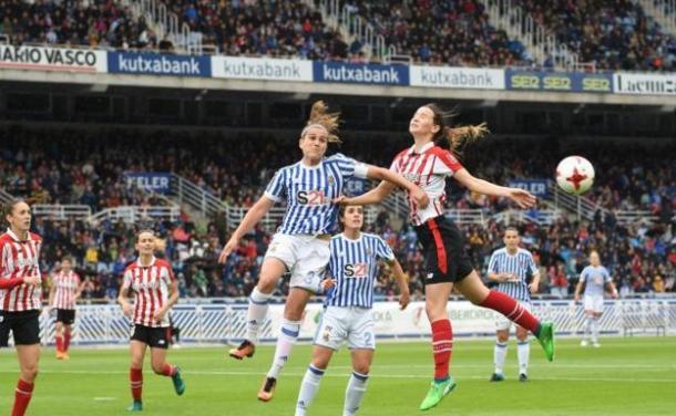 Jugadoras de la Real Sociedad y Athletic Bilbao disputando un Derbi Vasco en la temporada 2019/20// Foto: ElDesmarque.com