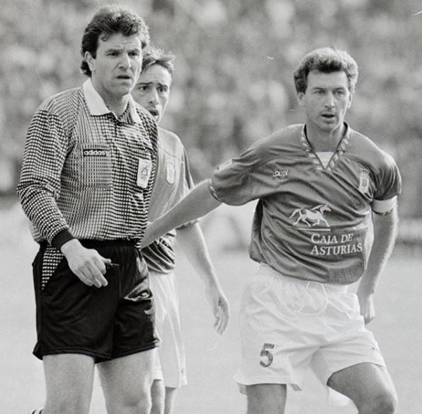 Antonio Rivas, capitán azul, durante un derby de los años 90. Detrás, su compañero, el portugués Paulo Bento
