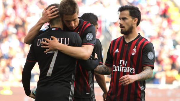 I rossoneri abbracciano e festeggiano il gol realizzato da Deulofeu contro il Palermo. Corriere dello Sport
