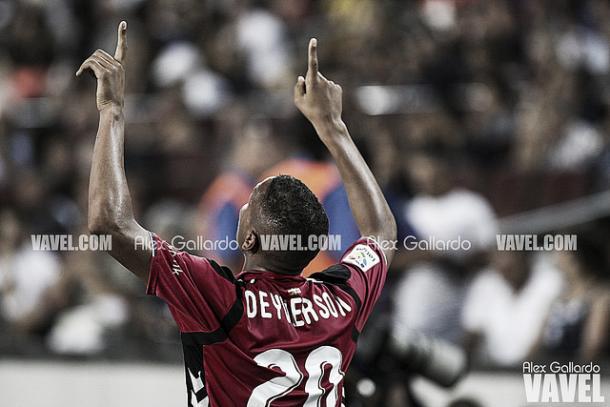 Deyverson, tras anotar un gol en el Camp Nou. Imagen: Álex Gallardo (VAVEL)