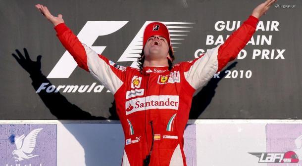 Alonso en el podio de Bareín | Foto: Fórmul a1
