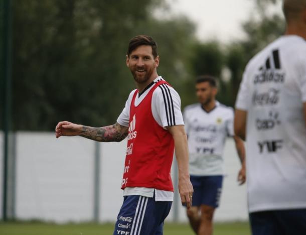Messi sonriente en la útlima práctica de la Selección. Foto: @Argentina Oficial