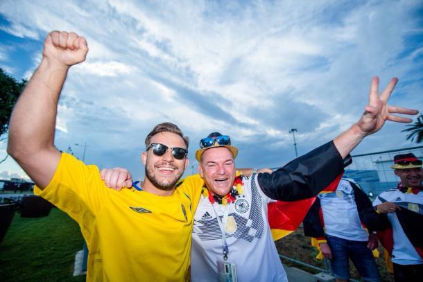 Bell'immagine da fuori dal Fisht Olympic Stadium, con i tifosi di Svezia e Germania a far festa insieme | twitter.com