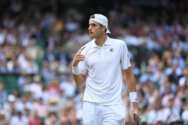 Isner - Fonte: @Wimbledon/ Twitter