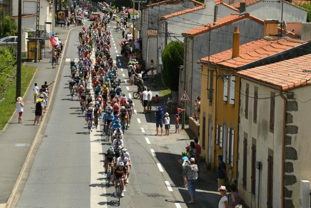 Pelotón estirado, pero relejado (Tour de France)