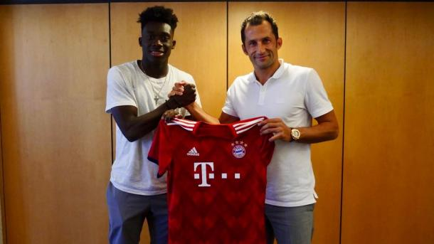 Davies and Salihamidzic after the Canadian had signed his contract | Source: fcbayern.com