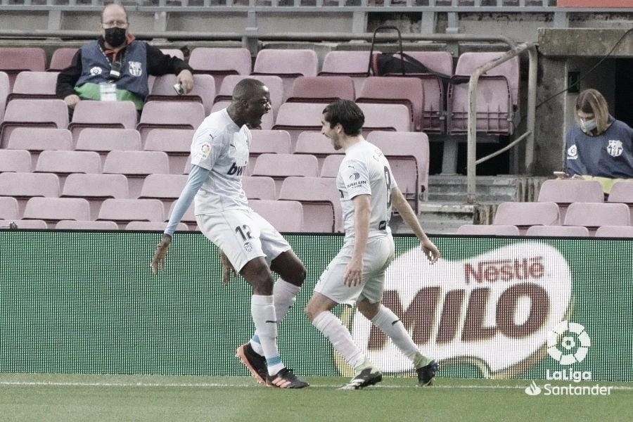 Diakhaby va a celebrarlo con Carlos Soler./ Foto: Premier League
