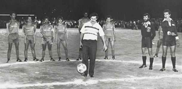 Pablo Escobar inaugura campo na periferia de Medellín (Foto: Reprodução)