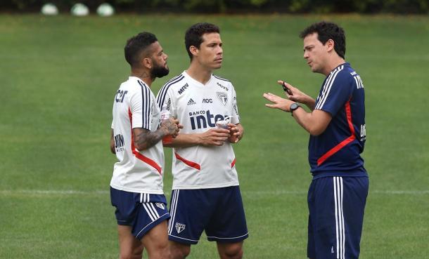 Diniz conversa com Hernanes e Dani Alves, pilares do elenco são-paulino (Foto: Rubens Chiri/São Paulo FC)