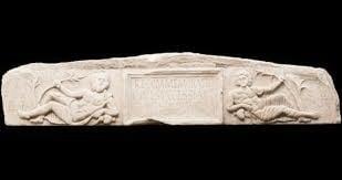 Friso romano que representa al Dios Reve tras ser reconvertido en el Panteón romano. Fuente: Wikicomons
