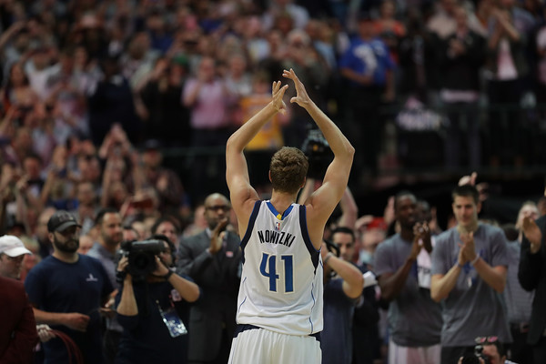 Dirk Nowitzki ovacionado por los aficionados de Dallas | Fotografía: Getty images