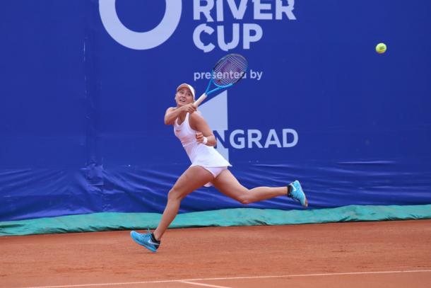 Anastasia Potapova reaches out for a shot | Photo: Moscow River Cup