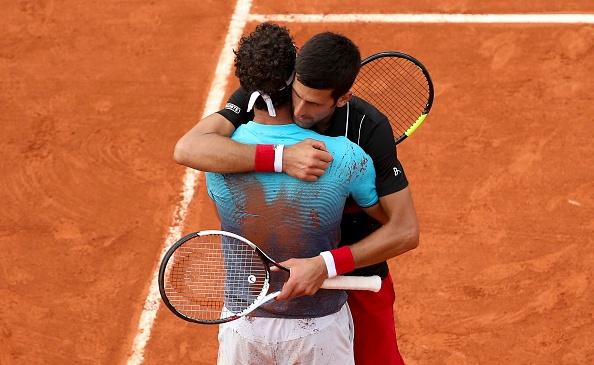 Cecchinato foi muito cumprimentado por Djokovic após a partida de quartas de final (Foto: Jean Catuffe/Getty Images)