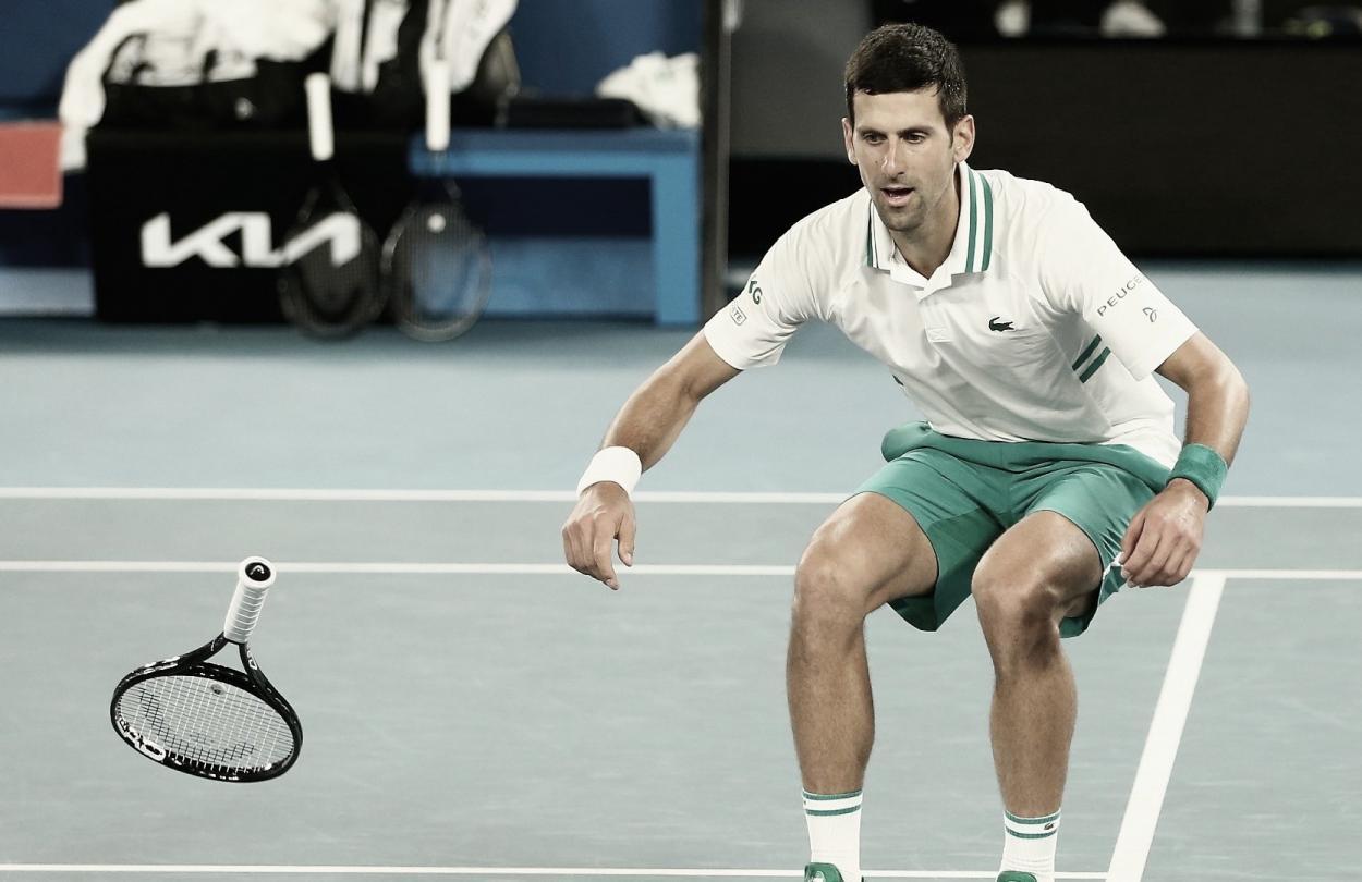 Novak Djokovic ya ganó el punto decisivo y se arroja al suelo para celebrar. Foto @AustralianOpen