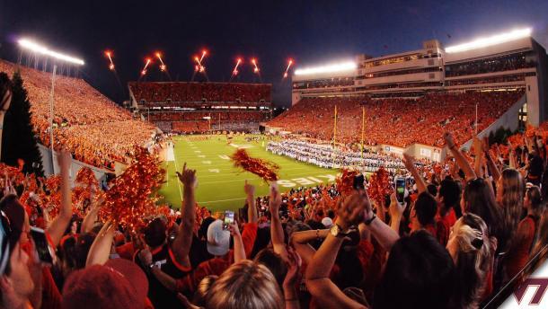 Fuegos artificiales sobre Lane Stadium | Imagen: Virginia Tech