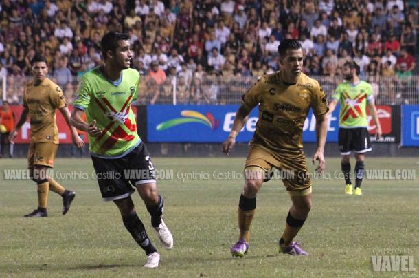 El defensa, Cristhian Báez buscó también alguna oportunidad en la ofensiva.