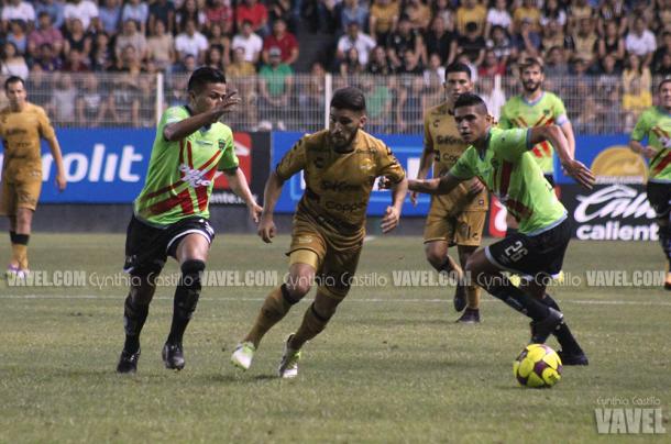 Gabriel Hachen aprovecha un espacio, Juárez mantiene la marca sobre el jugador.