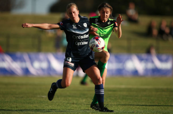 Newcastle's Natasha Dowie (left) battles for a loose ball with Western Sydney's Karly Reostbakken in the Jets' 2-1 win. | Photo: Jack Thomas/Getty Images