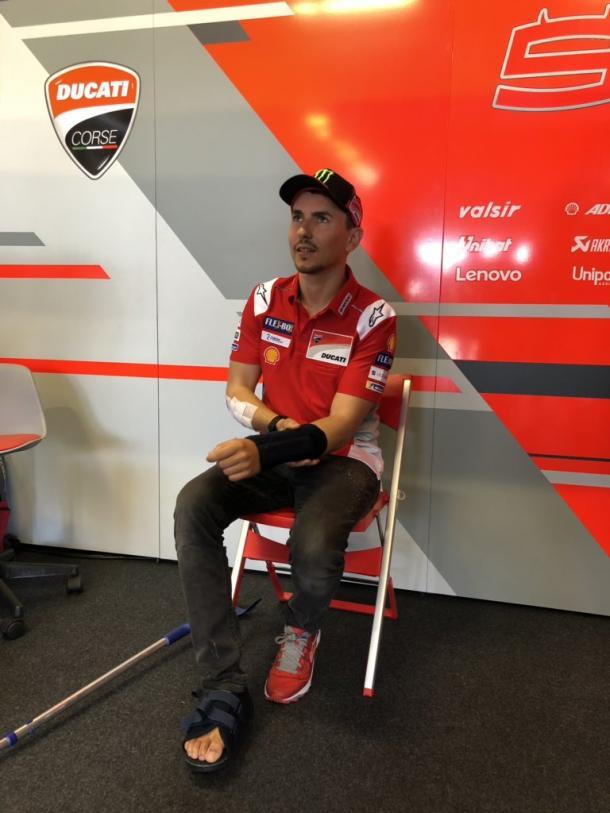 Lorenzo,observando la FP3 desde su box / Foto: Ducati Motor