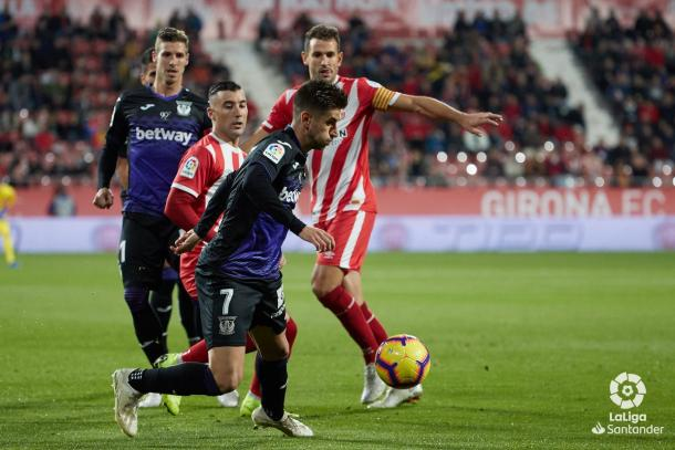 Ojeda tratando de zafarse de sus rivales | Foto: LaLiga Santander