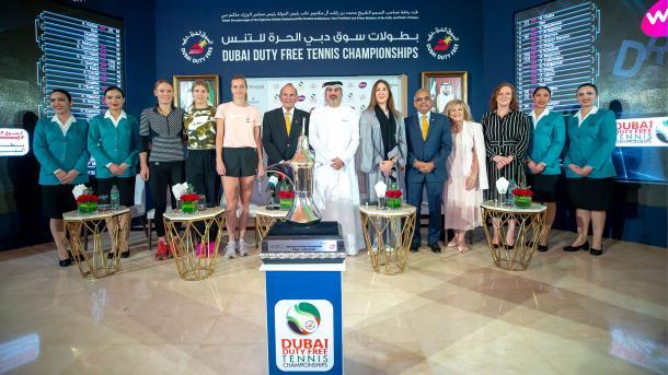 Wozniacki (de preto, no lado esquerdo), posou ao lado de Bouchard e Kvitova no sorteio da chave principal em Dubai (Foto: Divulgação/Dubai Tennis Championships)